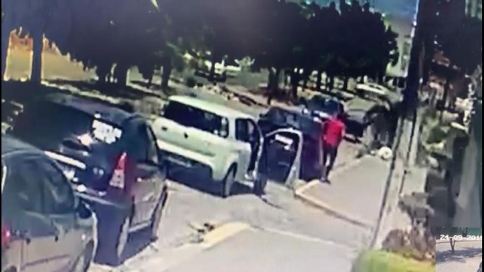 Policiais a paisana conseguiram render criminoso em Nova Parnamirim, quando ele fazia quarto assalto — Foto: Reprodução