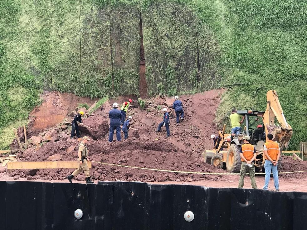 Bombeiros e Defesa Civil buscam por vítimas — Foto: Valeska Lippel/NSC TV