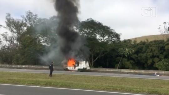 Carro de socorro mecânico pega fogo na Dom Pedro em Igaratá, SP