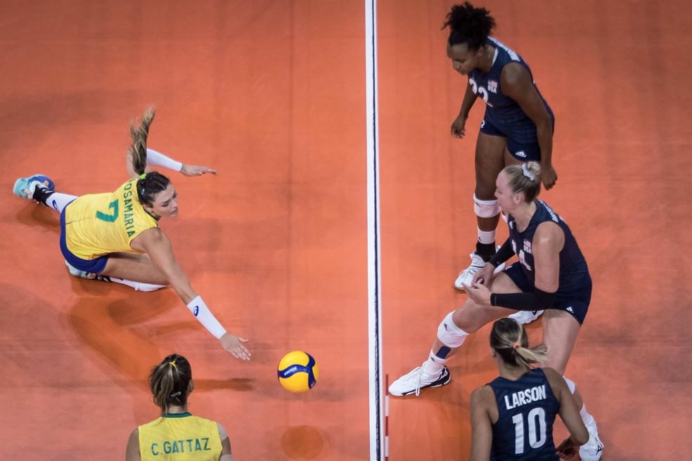 Rosamaria se esforça para salvar bola contra os Estados Unidos — Foto: Divulgação