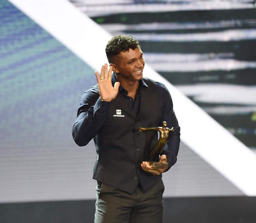 Isaquias Queiroz cumprimenta o público presente no prêmio — Foto: André Durão