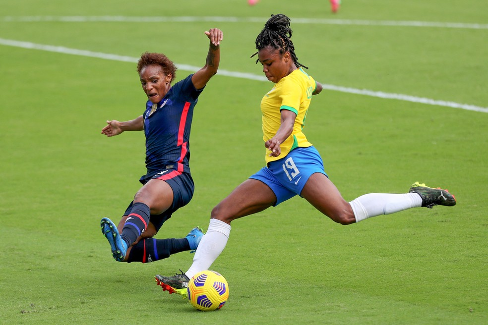 Ludmila tenta o chute na derrota do Brasil para os EUA — Foto: Alex Menendez /AFP