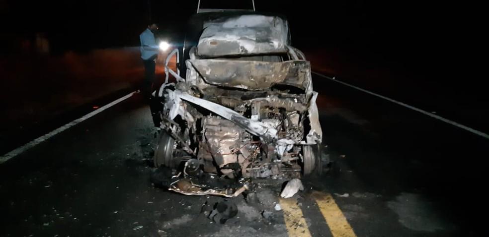 O segundo veículo pegou fogo e teve perda total — Foto: Leabem Monteiro/SVM