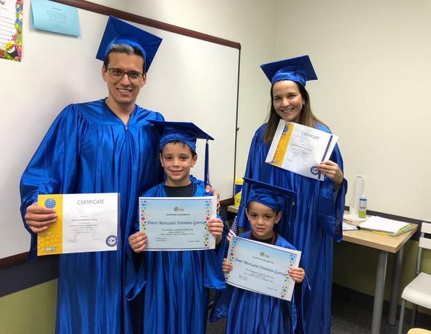 Leonardo com a esposa e os filhos recebendo o certificado do curdo  (Foto: Arquivo Pessoal)