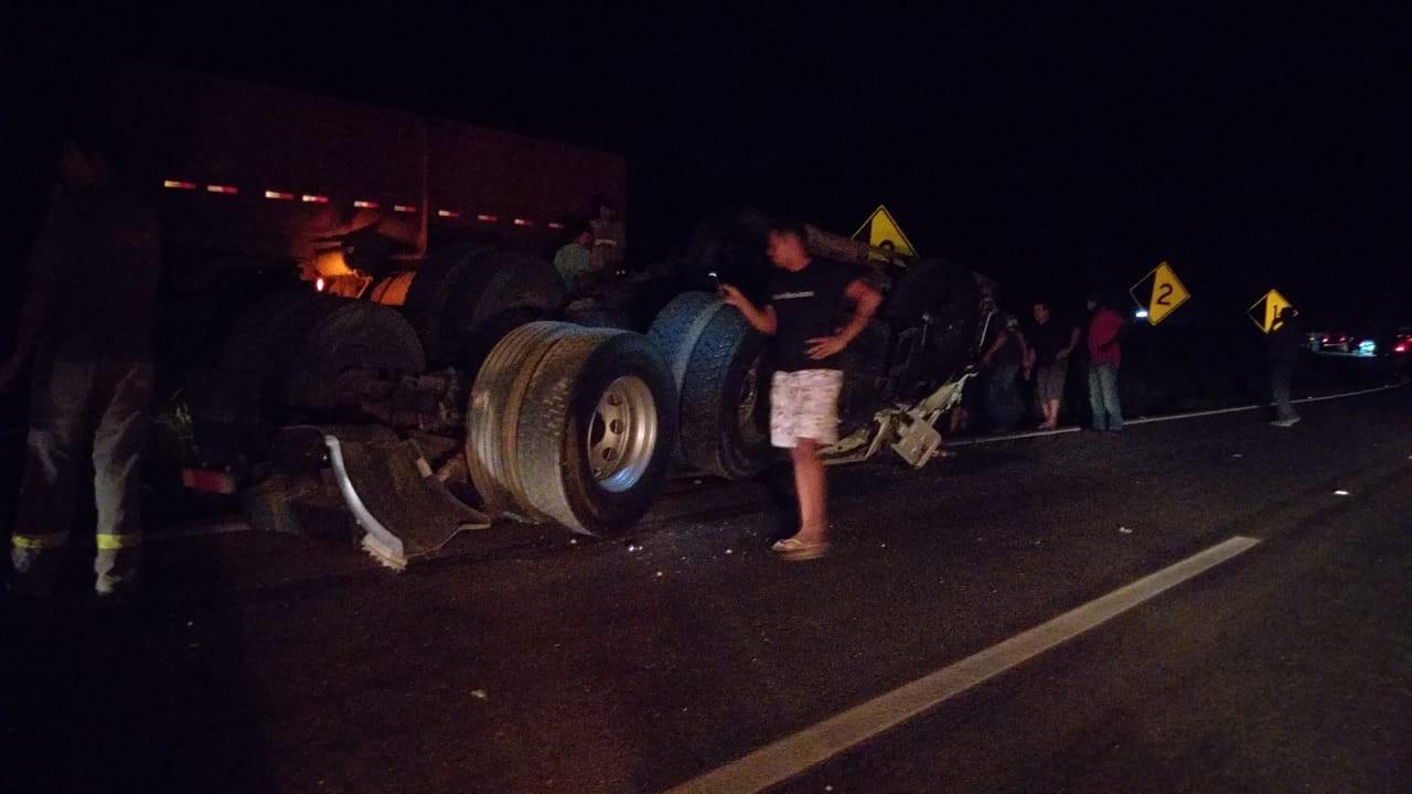 Motorista de carreta que carregava cimento morre em acidente BR-381 na Grande BH
