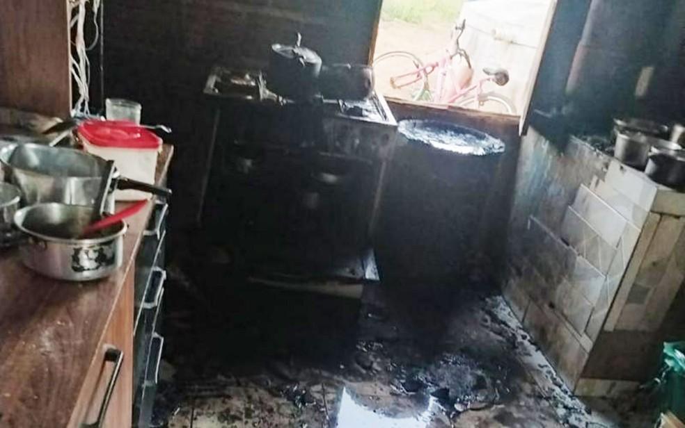 Cozinha da casa na zona rural de Brumado onde ocorreu explosão de gás que deixou criança morta no sudoeste da Bahia — Foto: Divulgação/Polícia Militar de Brumado