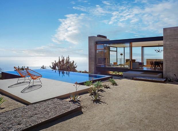 Em meio ao deserto californiano, a casa acomoda até 10 pessoas (Foto: PlansMatter/ Reprodução)
