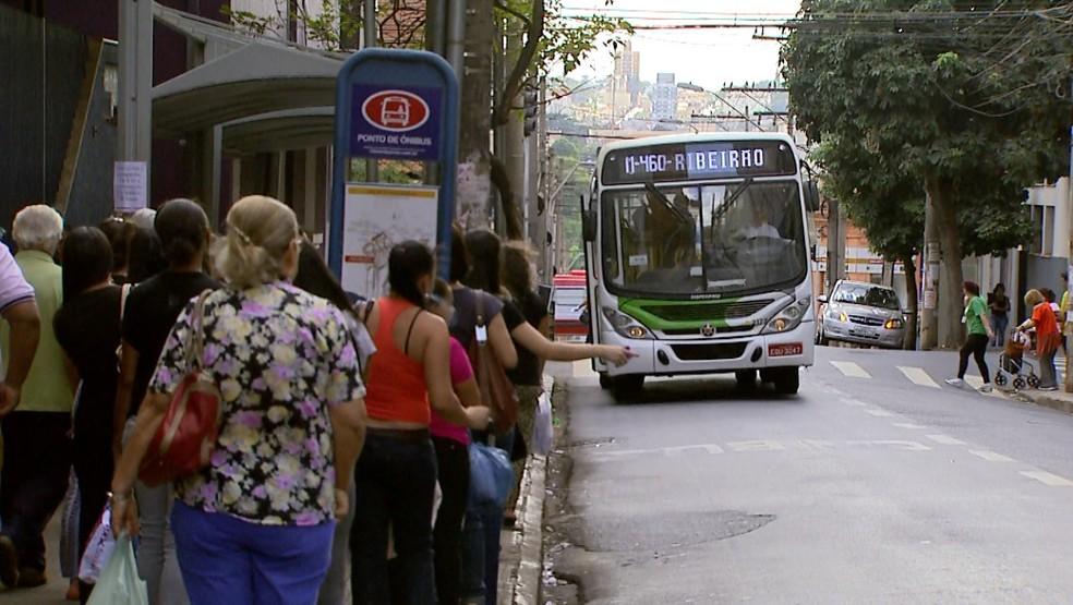 Passageiros esperam por ônibus urbano em Ribeirão Preto — Foto: Reprodução