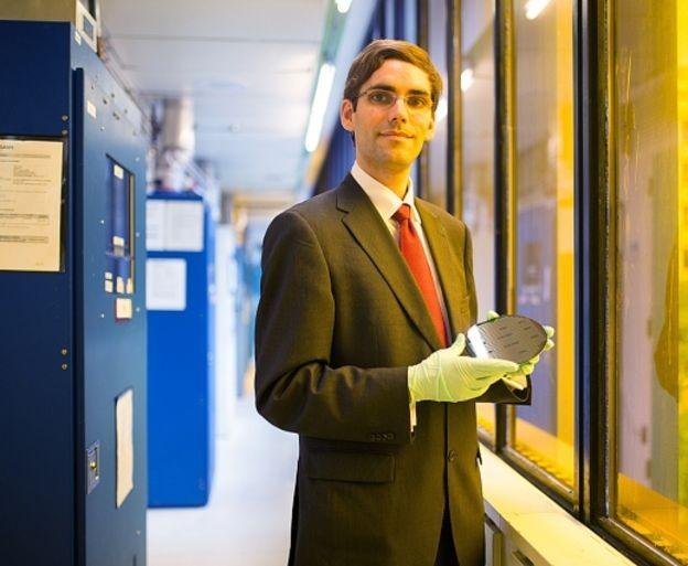 Pesquisador Tomás Palacios, do MIT, estuda como materiais podem reduzir consumo de energia (Foto: BRYCE VICKMARK via BBC)