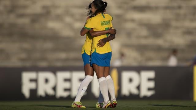 Debinha comemora primeiro gol do Brasil na partida
