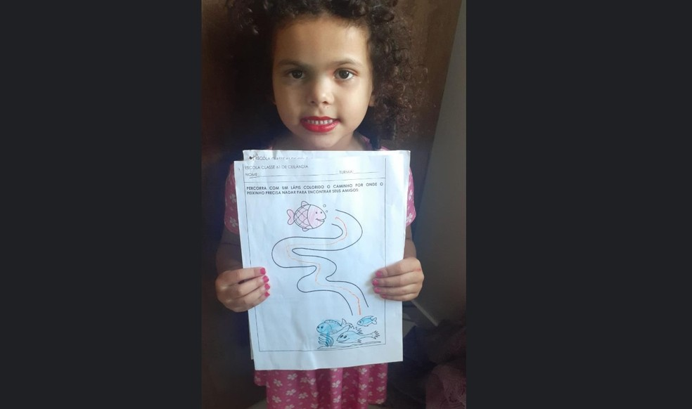 Laura, de cinco anos, neta de Maria Francisca, mostra atividade escolar feita em casa, no Sol Nascente (DF), durante aula a distância — Foto: Arquivo pessoal