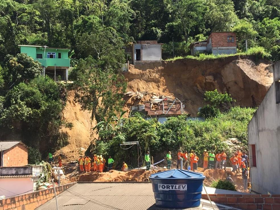Defesa Civil e bombeiros continuam trabalho no Morro da Boa Esperança, em Piratininga. — Foto: Narayanna Borges / GloboNews