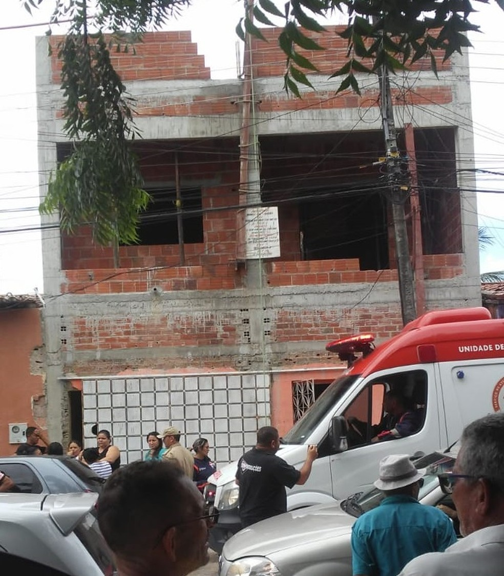 Vítima foi eletrocutada enquanto estava no segundo andar da residência.  — Foto: Reprodução/WhatsApp