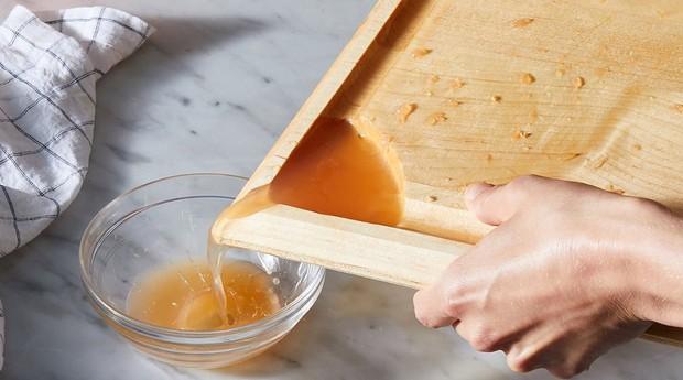 Tábua feita pela Food52 tem até um espaço para escorrer líquido (Foto: Reprodução/Food52)
