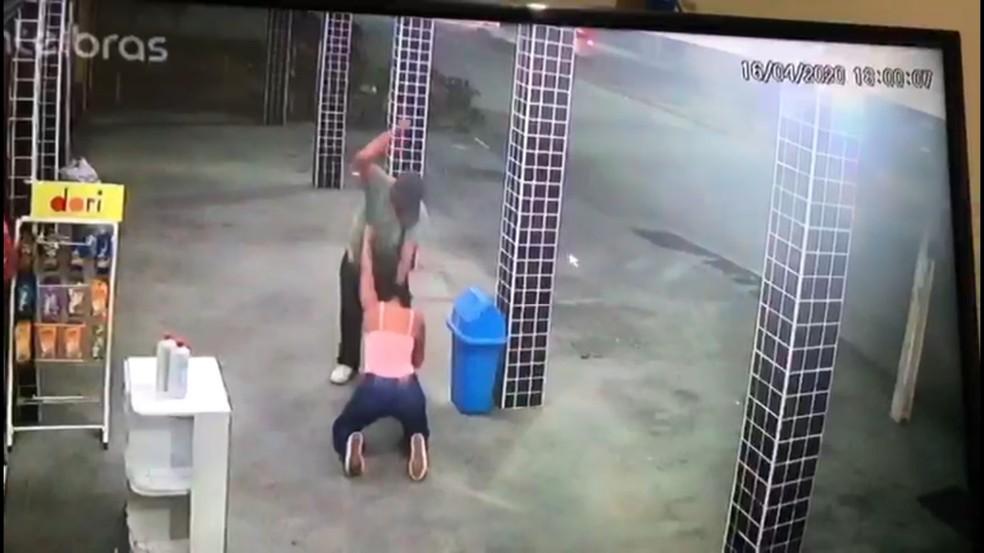 Imagens de câmera de segurança mostram o homem espancando a mulher com socos na região da cabeça e pescoço — Foto: Reprodução