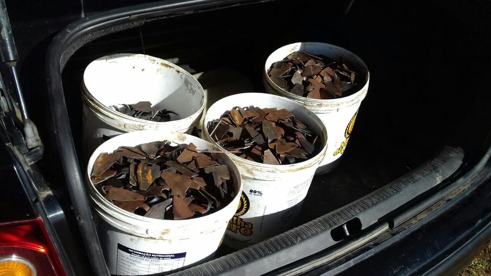 Grampos e explosivos estavam dentro de carro de um dos suspeitos (Foto: Beto Silva/TV Paraíba)