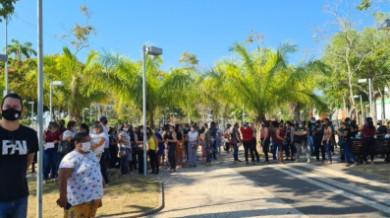 Professores fazem ato em frente à Prefeitura de Rio Branco na espera por resposta sobre reajuste salarial