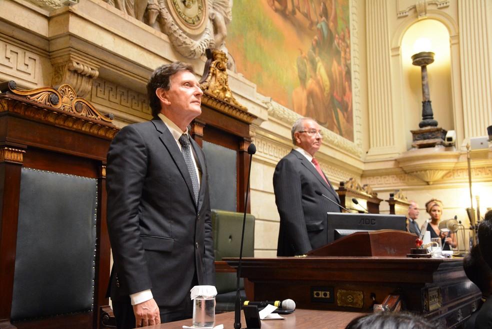 Crivella e o presidente da Câmara, Jorge Felippe, no plenário — Foto: Renan Olaz/CMRJ/Divulgação