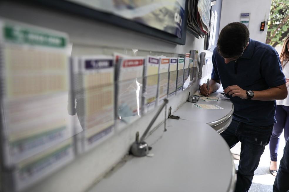 Apostador preenche apostas da Mega-Sena em lotérica na região do Brooklin, na Zona Sul de São Paulo (Foto: Fábio Tito/G1)