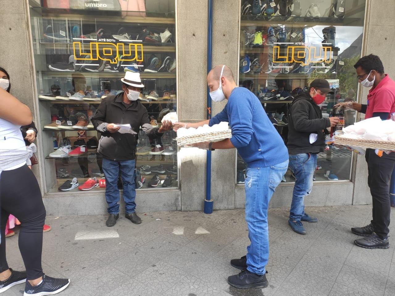 Empresário de Nova Friburgo, RJ, distribui pão e café em fila por auxílio emergencial: 'um pouquinho faz a diferença'
