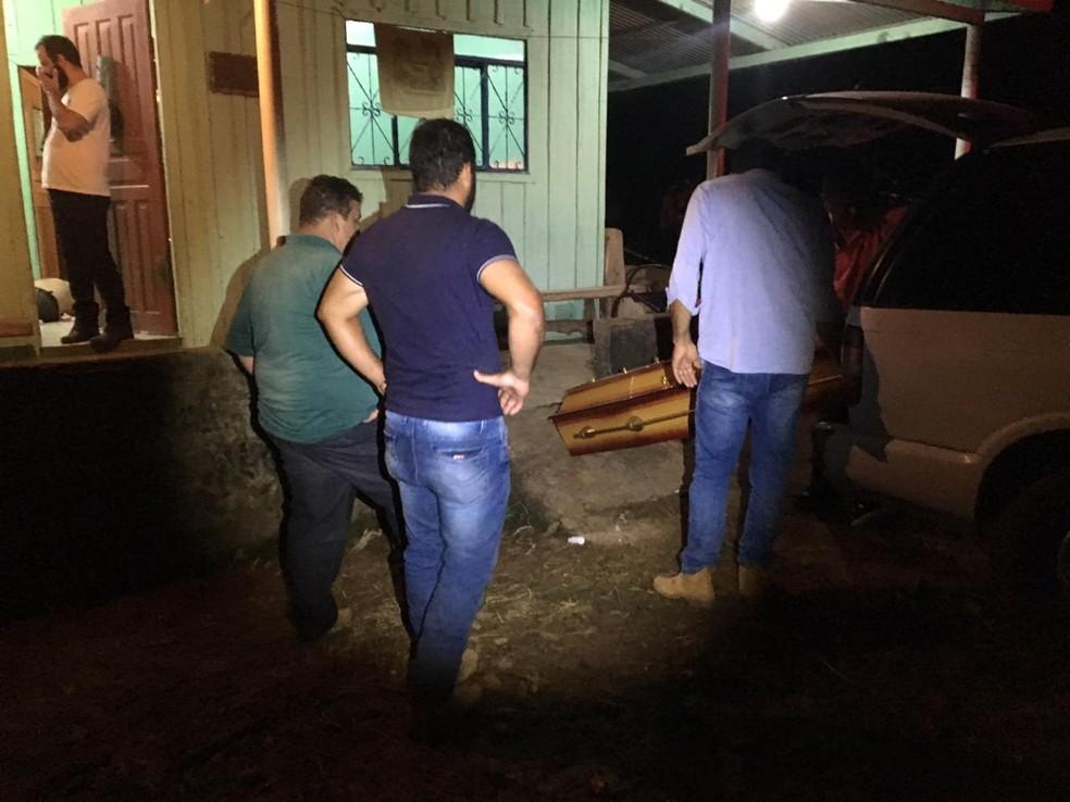 Vítima caiu e morreu perto da varanda da casa.  — Foto: Rondônia 24h/Reprodução