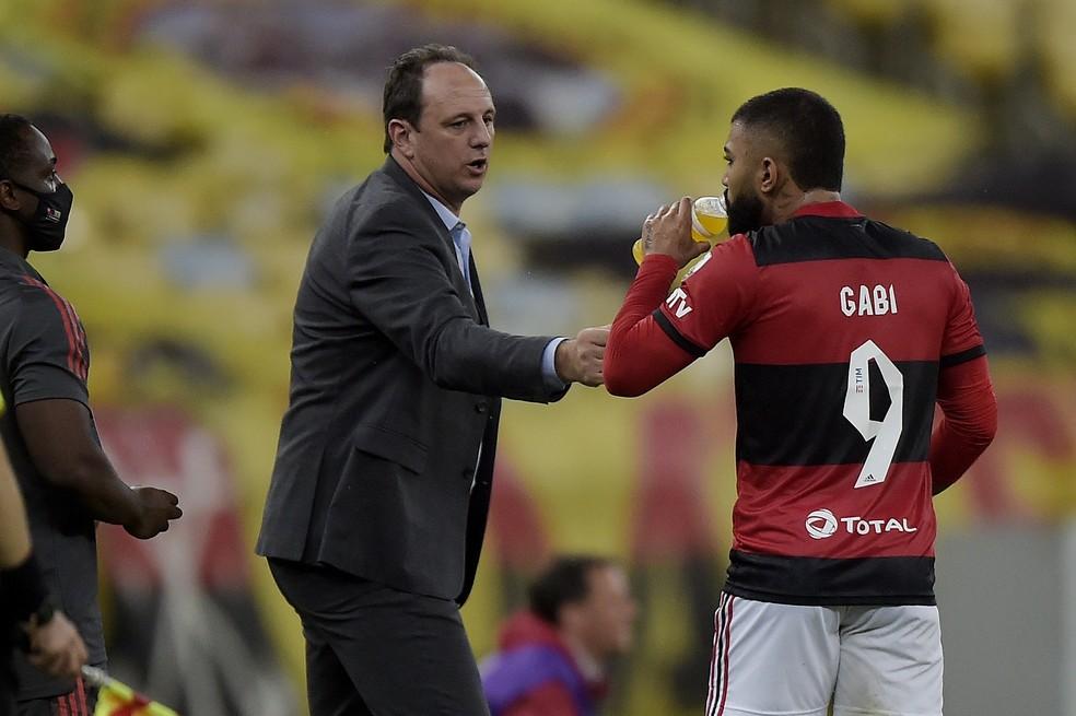 Rogério Ceni conversa com Gabigol em Flamengo x Unión La Calera — Foto: Staff Images/Conmebol