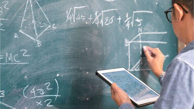 'Quem aprende a pensar em métodos, a resolver problemas, se comunicar, tomar decisões e produzir rapidamente entendimento a partir de informações, pode atuar com sucesso em vários setores', diz Peter-André Alt (Foto: Getty Images via BBC)