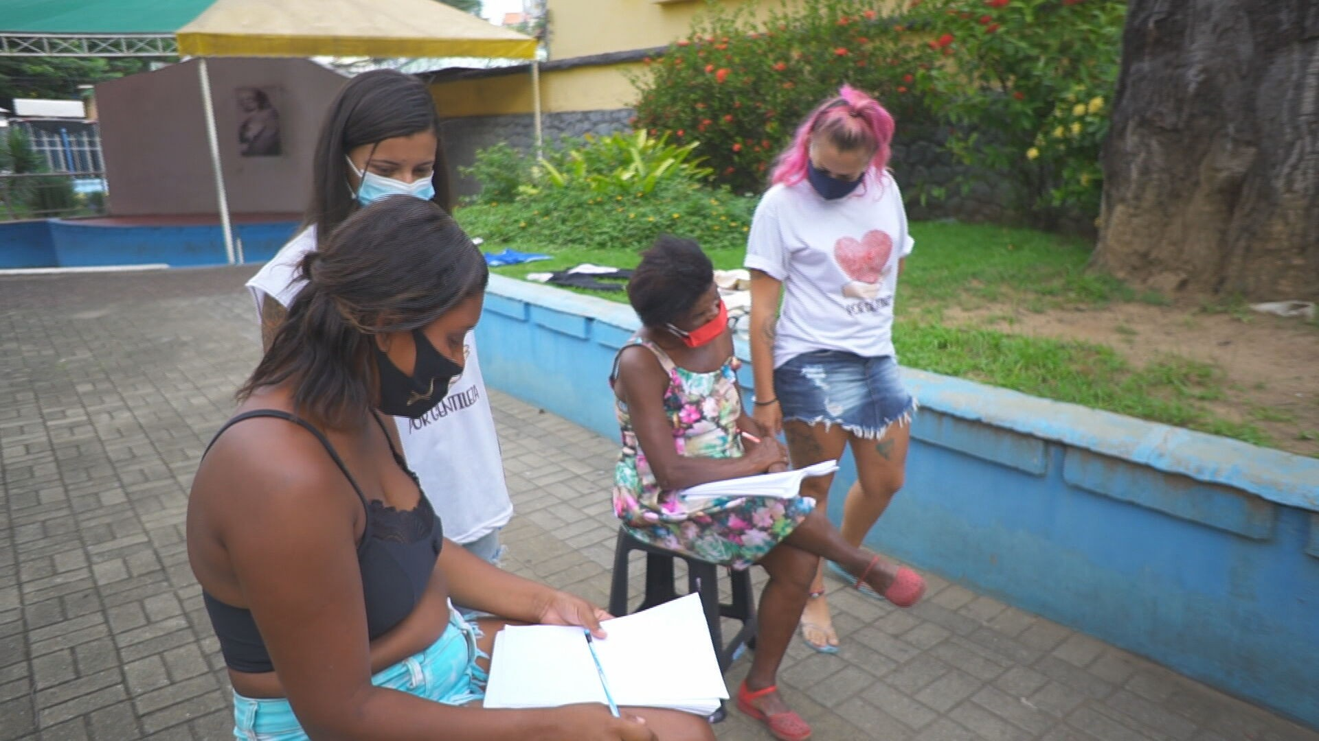 Estudantes ensinam ex-catadores de lixão em São Gonçalo a ler e escrever