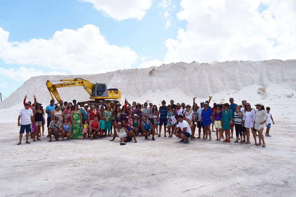 Grupo de turistas visitou um das salinas do município (Foto: Maxwell Almeida)