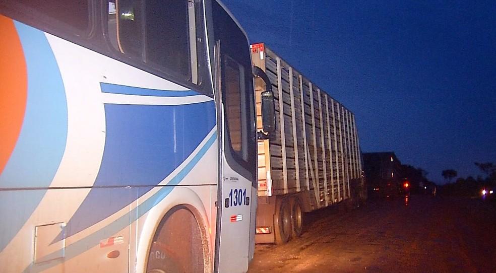 Passageiros e motoristas demoram dias para chegarem aos destinos e precisam dormir nas estradas — Foto: TVCA/Reprodução