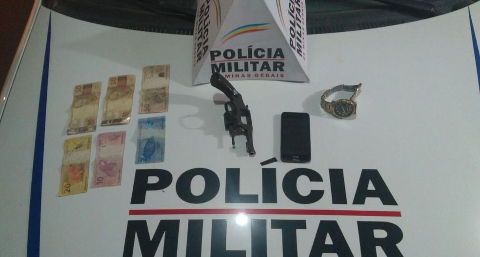 Arma foi apreendida após assalto em Montes Claros (Foto: Polícia Militar/Divulgação)