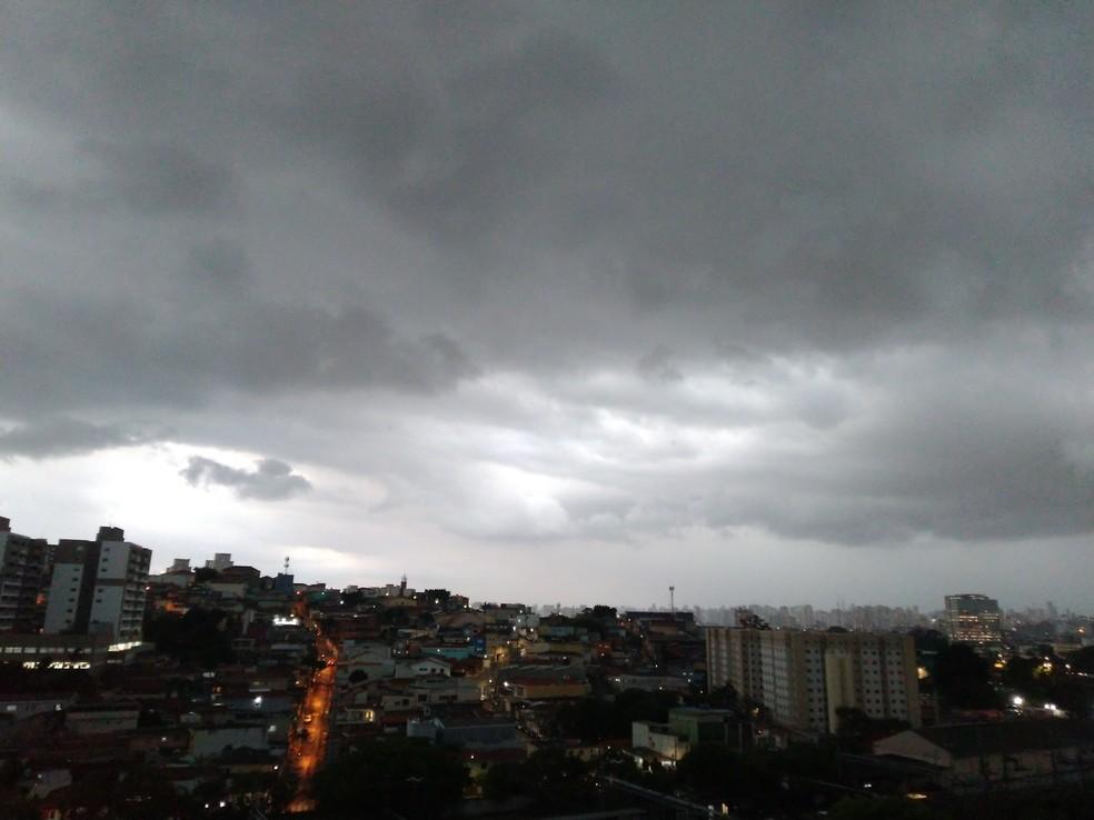 Tempo encoberto é visto no Jardim Íris, Zona Norte de São Paulo, na tarde desta quinta-feira (14)— Foto: Gustavo Honório/g1