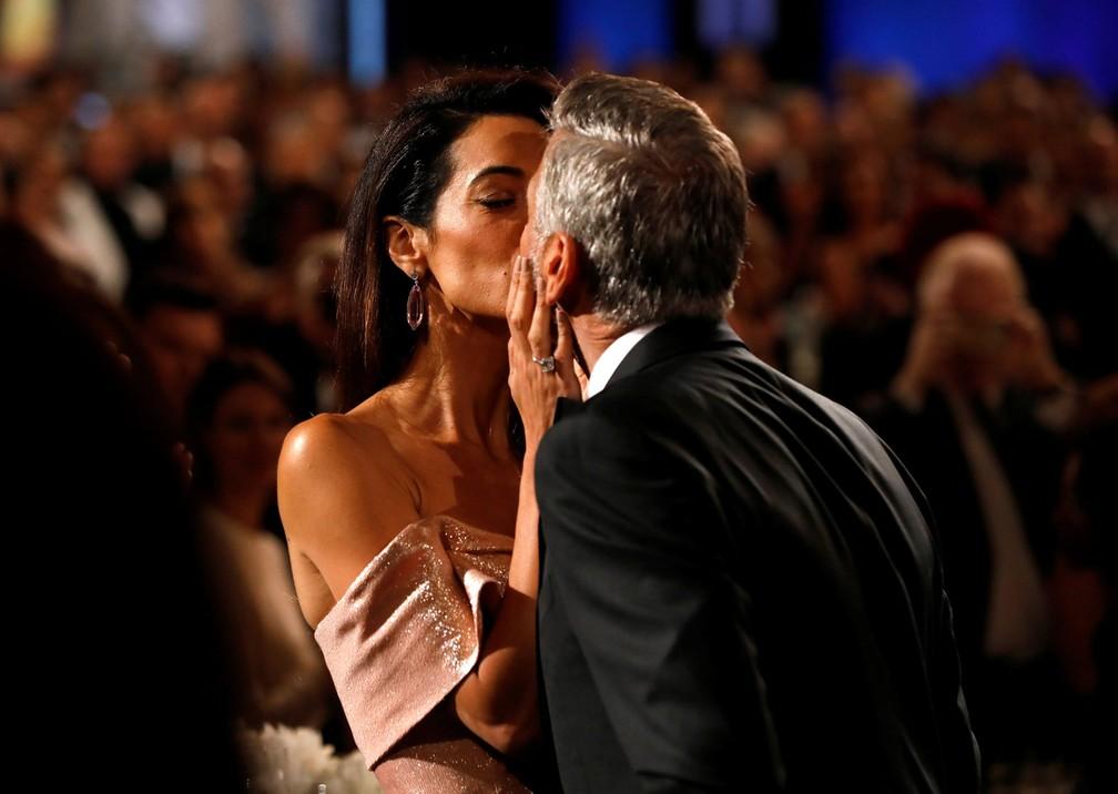 George Clooney beijo da mulher, a advogada Amal Clooney, durante homenagem que ele recebeu no Instituto Americano de Cinema, em Los Angeles, nesta quinta-feira (7) (Foto: Mario Anzuoni/Reuters)