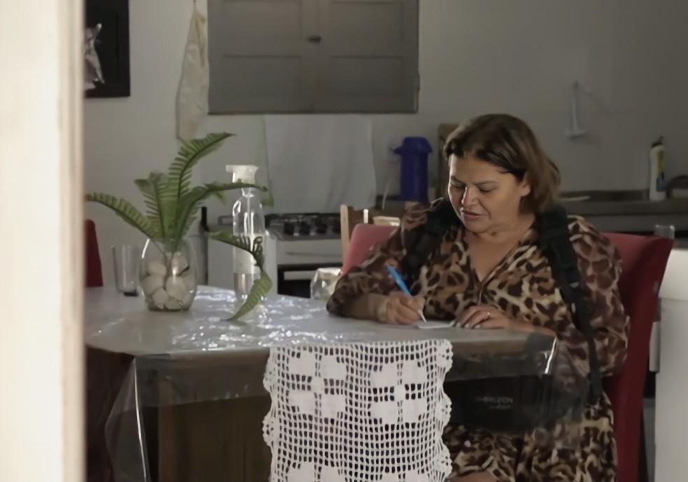 Mãe de Juliette, Dona Fátima aprendeu a ler e escrever com ajuda das filhas — Foto: Reprodução Globoplay