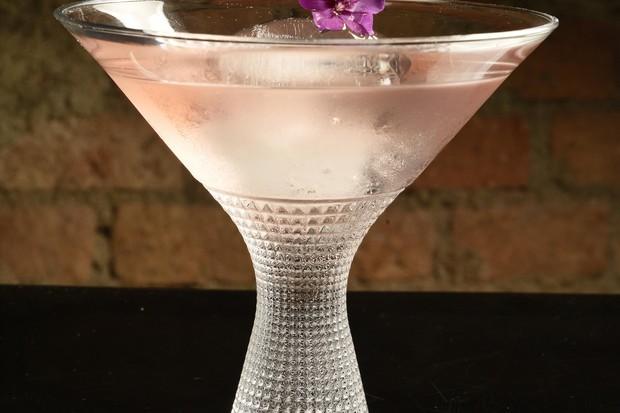 O Martinelli leva gim, mix de chás (hibisco e capim santo), tintura de sal, água de rosas com toque de amargor de bitter de zimbro e Fernet (Foto: Bruno de Lima)