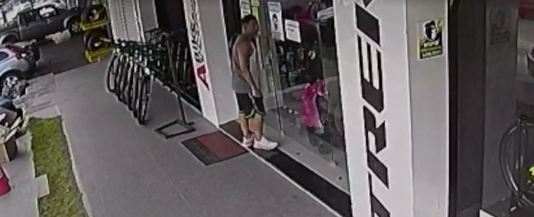 Homem se passa por cliente e rouba bicicleta de loja em Natal; veja vídeo