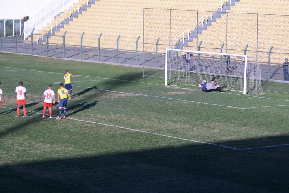 Reação do Mauaense começou com um gol de pênalti (Foto: Cairo Oliveira)
