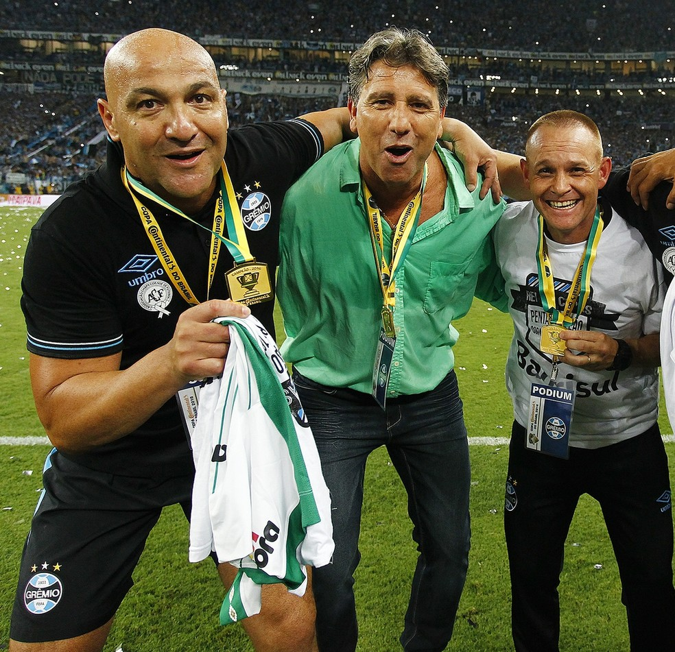 Rogério Godoy (E) e Rogério Dias (D) comemoram título da Copa do Brasil de 2016 com Renato Gaúcho — Foto: Lucas Uebel/Grêmio