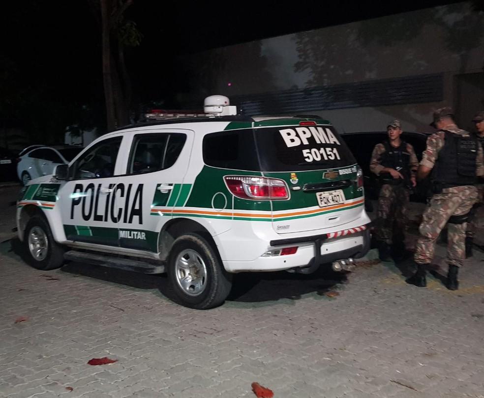 Motorista do coletivo trancou as portas para os adolescentes não fugirem e pediu ajuda a um carro de polícia que encontrou no caminho. — Foto: Rafaela Duarte/ Sistema Verdes Mares