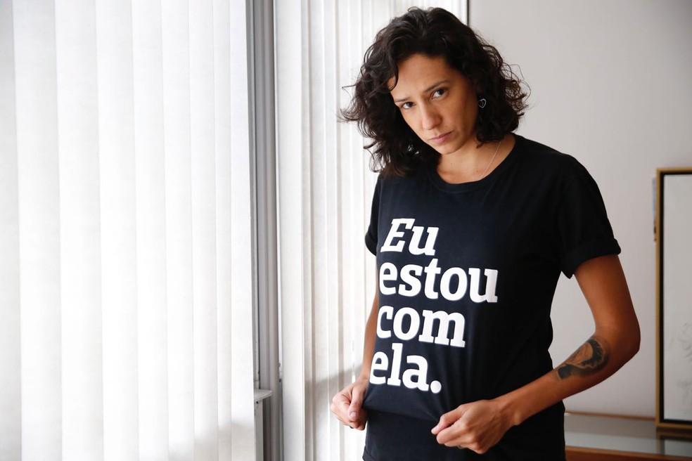"""Mônica Benício usa camisa com a inscrição """"Eu estou com ela"""" — Foto: Marcos Serra Lima / G1"""