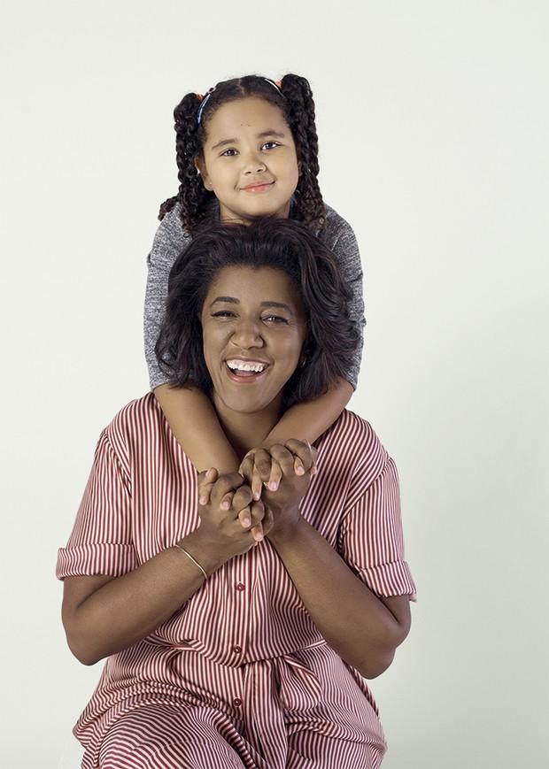 Sarah Maria, 6, ajudou a mãe, Rachel Maia, 47, a suavizar no trabalho. Rachel Maia usa Diane von Furstenberg (Foto: João Bertholini)