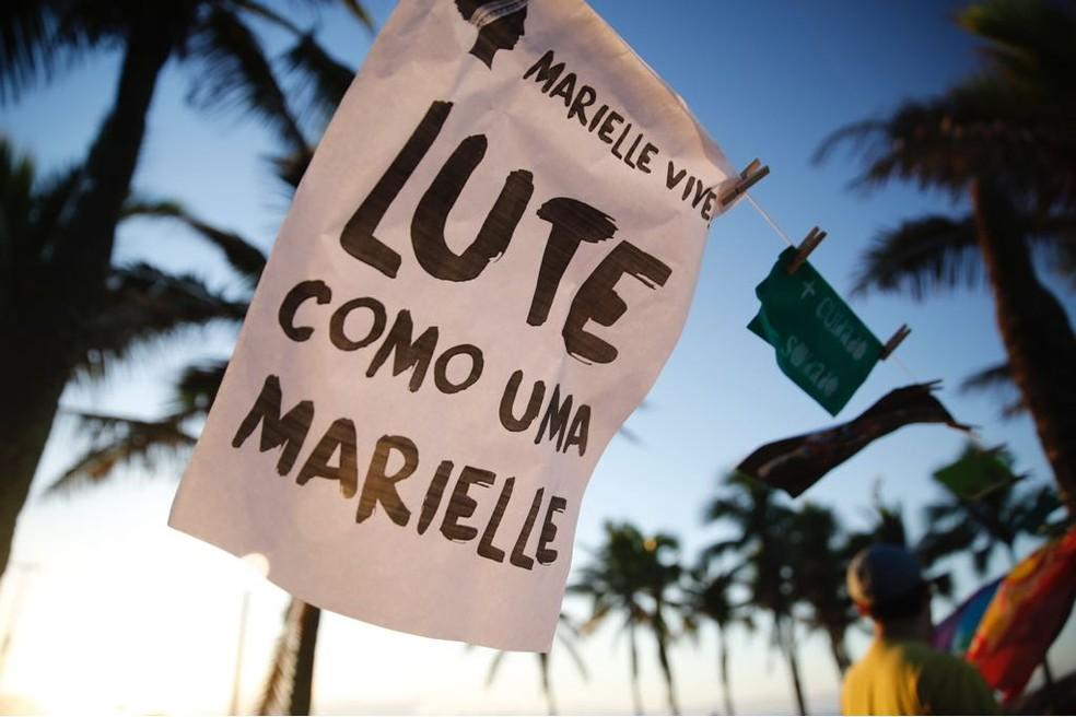 Cartazes são colocados no Arpoador em homenagem a Marielle (Foto: Marcos Serra Lima/G1)