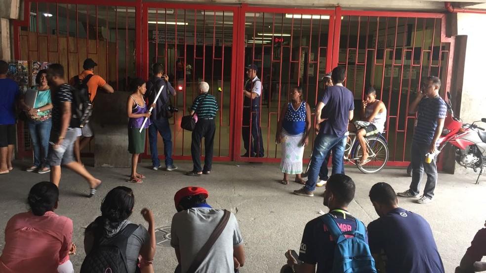 Passageiros esperam reabertura das estações de metrô no Recife (Foto: Augusto César/TV Globo)