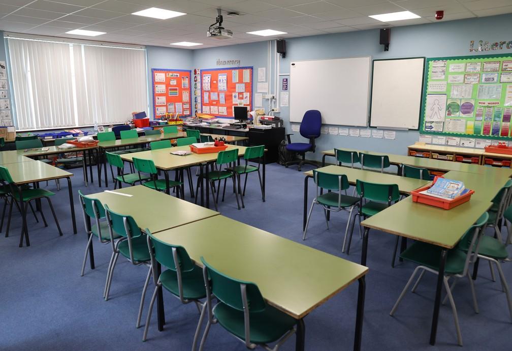 18 de março - Uma sala de aula é vista completamente vazia em Staffordshire, no Reino Unido, devido à epidemia do novo coronavírus (COVID-19) — Foto: Carl Recine/Reuters