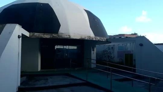 Mato, falta de tinta e promessas: Memorial Rainha Marta está esquecido em Maceió