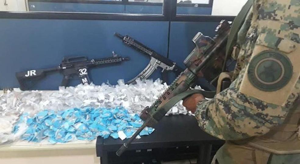 Dois fuzis e drogas são apreendidos pelo Bope no Frade, em Angra dos Reis — Foto: Divulgação/PM