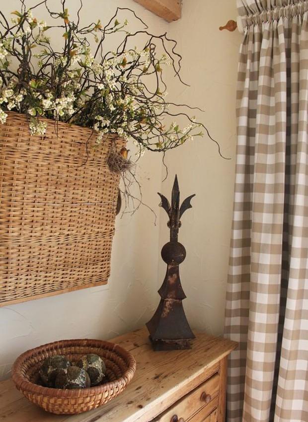 Sacola de compras de palha abriga flores secas para integrar a decoração (Foto: Pinterest/Reprodução)