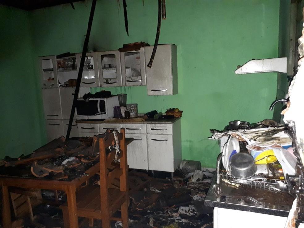 Incêndio foi controlado pelos bombeiros (Foto: Corpo de Bombeiros-MT/ Divulgação)