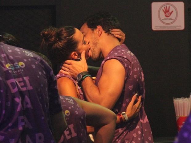 Carla Prata beija muito (Foto: Agnews)