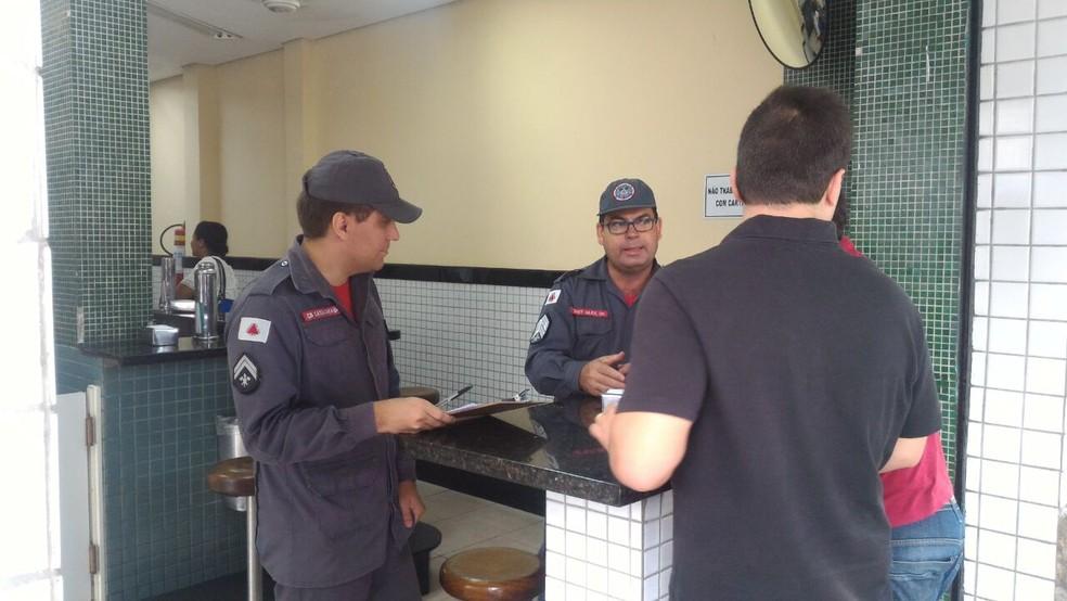 Militares fiscalizaram lojas e deram orientações para cumprimento de normas contra incêndio e pânico (Foto: Corpo de Bombeiros/Divulgação)